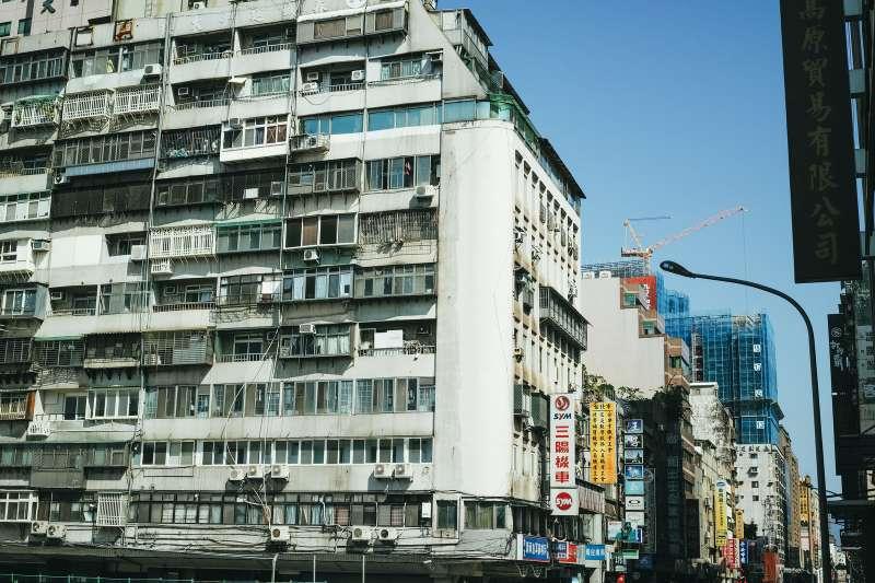 591實價登錄統計全台各大都會區中古大樓2房總價,對比各區可支配所得,發現台北市民眾須不吃不喝超過12年才能買房。(示意圖/pakutaso)
