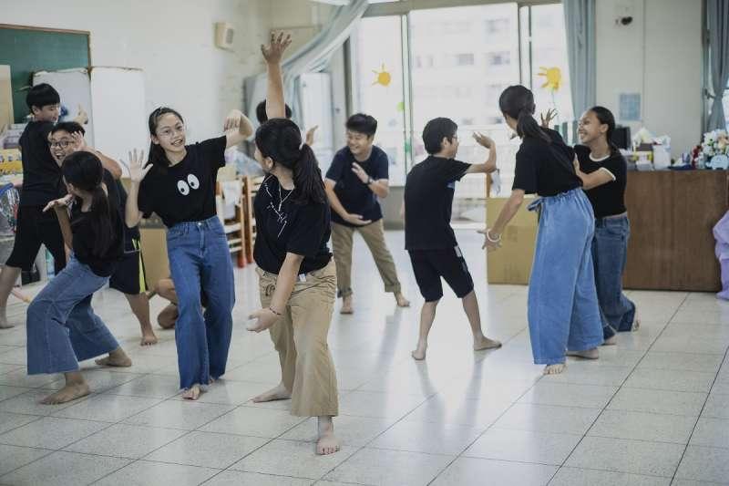 小學生開心地在明亮的教室內上起英語話劇課。(圖/謝昇佑攝)