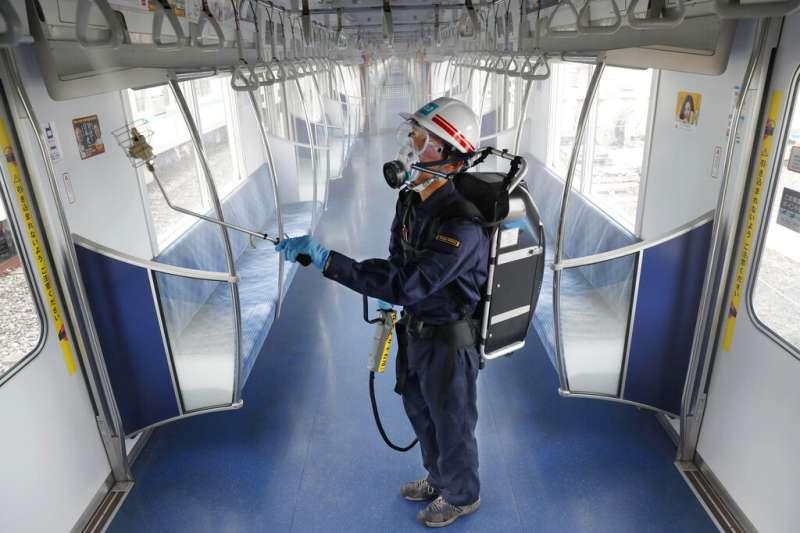 東京地鐵的員工7月9日正在針對車廂進行消毒。(美聯社)