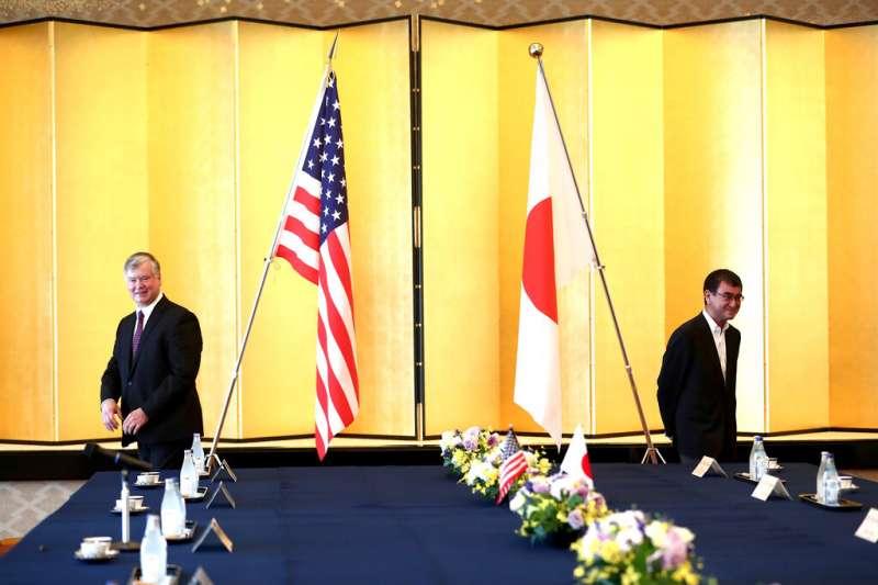 美國副國務卿畢甘與日本防衛大臣河野太郎。(美聯社)