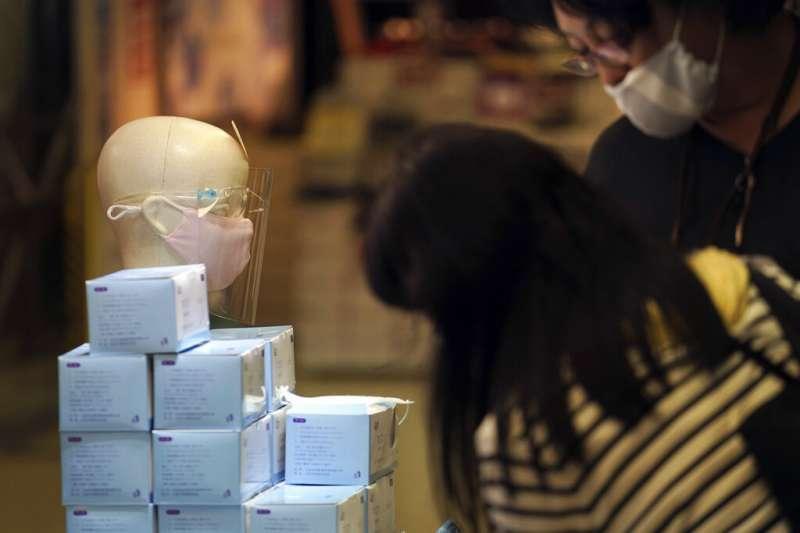 東京店家販賣的口罩。(美聯社)