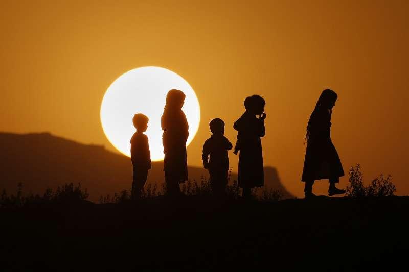 最新研究指出,全球人口將於2064年達到97億人高峰,之後便開始下滑。(AP)