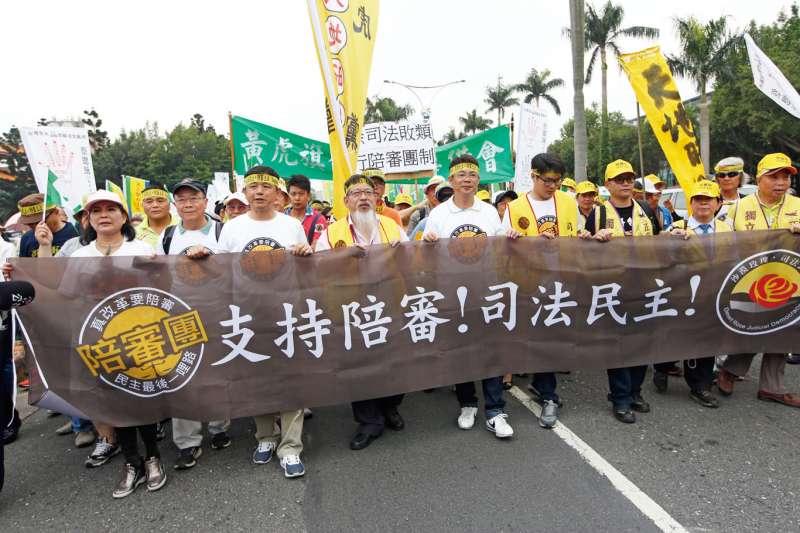 根據民間司改會公布的最新民調,20歲以上台灣成年人中,有82%認為英美國家採用的陪審制才是台灣目前司法改革最需要的。圖為民間團體上街推動陪審團制度。(資料照,郭晉瑋攝)