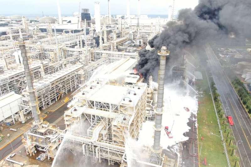 雲林麥寮六輕工業區塑化公司煉製2廠15日上午9時多,驚傳爆炸起火,廠區冒出大量濃煙。(取自雲林縣政府官網)