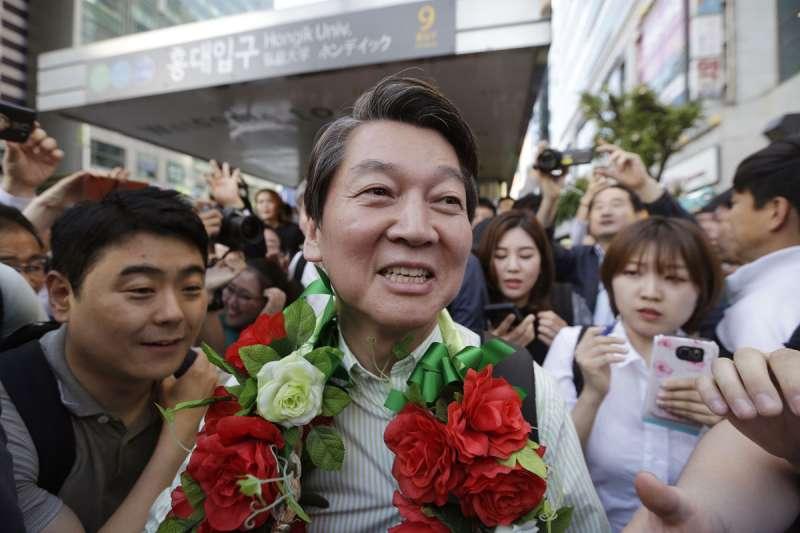 過去10年安哲秀(中)的政治路走得進退失據,兩年後的南韓總統大選,他會受到命運之神的眷顧嗎?(美聯社)