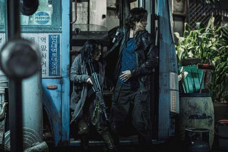 不僅是部動作活屍片!《屍速列車2》延續《屍速列車》真實人性刻畫。(圖/車庫娛樂提供)