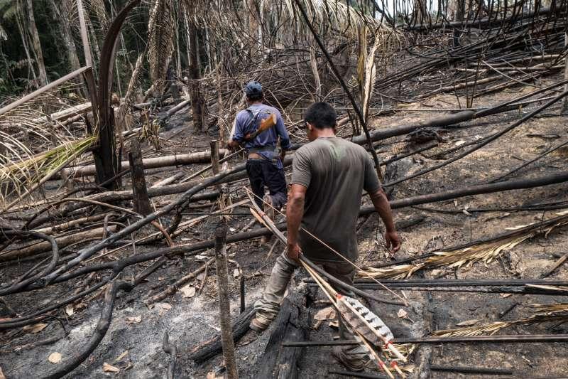 原住民巡邏者發現有地區遭焚毀並找到入侵者的棚屋。入侵者很可能是土地掠奪者,為了開拓牧地砍伐或焚毀原有雨林。2019年9月,巴西朗多尼亞州烏胡伊烏瓦瓦族原住民領地。© Alessandro Falco by 國際特赦組織