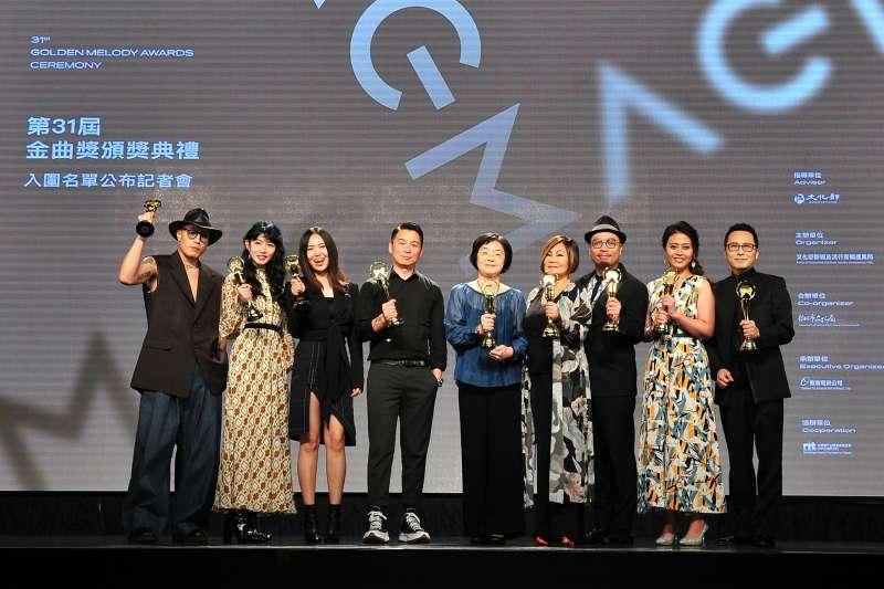 第31屆金曲獎入圍名單15日公布,由排灣族原民歌手阿爆以專輯《kinakaian 母親的舌頭》獲8項入圍成大贏家。圖為金曲獎評審團主席陳鎮川(左四)與揭獎嘉賓公布入圍名單。(台視提供)