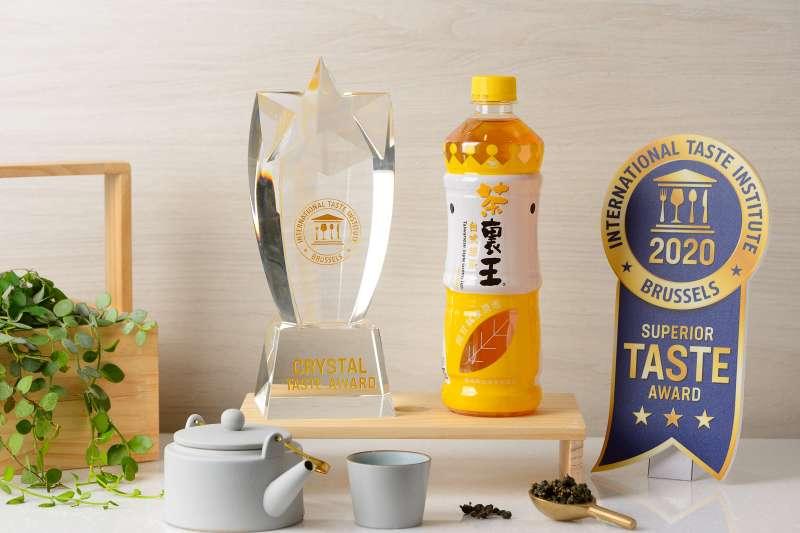 茶裏王台式綠茶連續三年榮獲比利時風味絕佳獎三星肯定,今年更晉升為「水晶獎(The Crystal Taste Award)」高度榮譽。(圖/利眾公關提供)