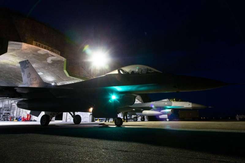 1架隸屬空軍第5聯隊的F-16A戰機17日晚間執行夜航訓練時,起飛2分鐘後光點自雷達上消失,國軍仍全力搜救失聯飛官蔣正志上校。示意圖,與新聞個案無關。(資料照,取自軍聞社)