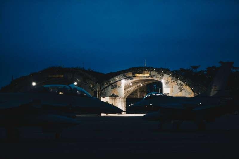 20200715-國軍漢光36號演習14日晚間執行「夜間防空攔截作戰」科目,圖為嘉義基地F-16V。(取自軍聞社)