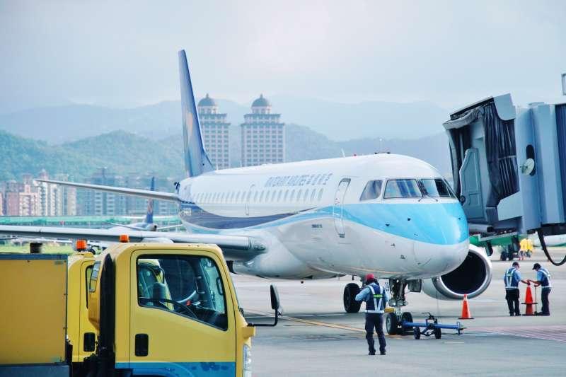 20200715-華信航空班機停靠於松山機場機坪。(盧逸峰攝)