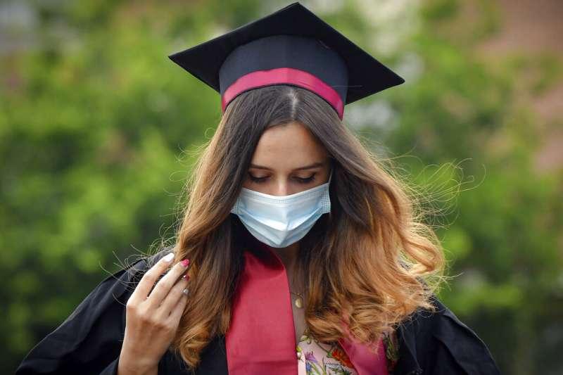 羅馬尼亞布加勒斯特理工大學的畢業生。新冠疫情除了嚴重拖累全球經濟,也對高等教育造成莫大打擊。(美聯社)
