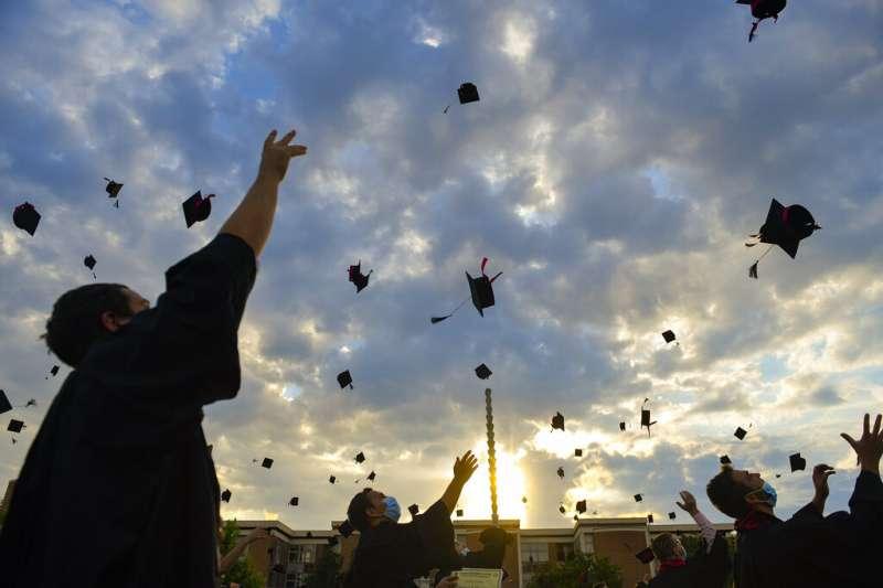 若不根除「大學=就業」及「名牌大學=上流社會」的意識型態,那麼所謂的「直升機父母」的心思就不會改變,弊端也會層出不窮。(美聯社)