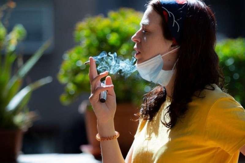 在新冠病毒疫情期間,吸煙變得更加困難。(圖/BBC News)