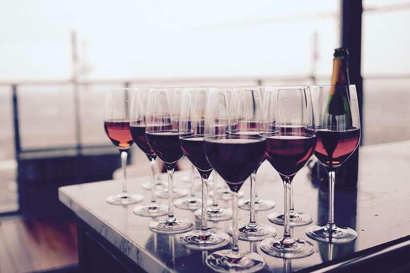 葡萄酒杯形狀各異,究竟有哪幾種分類,一次看個清楚。(圖/Pexels by Timur Saglambilek)