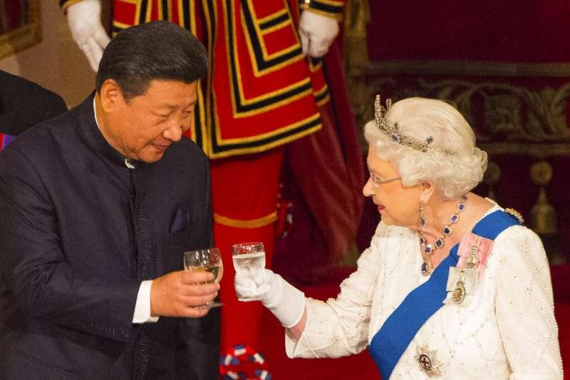 習近平與英國女王伊麗莎白二世(美聯社)