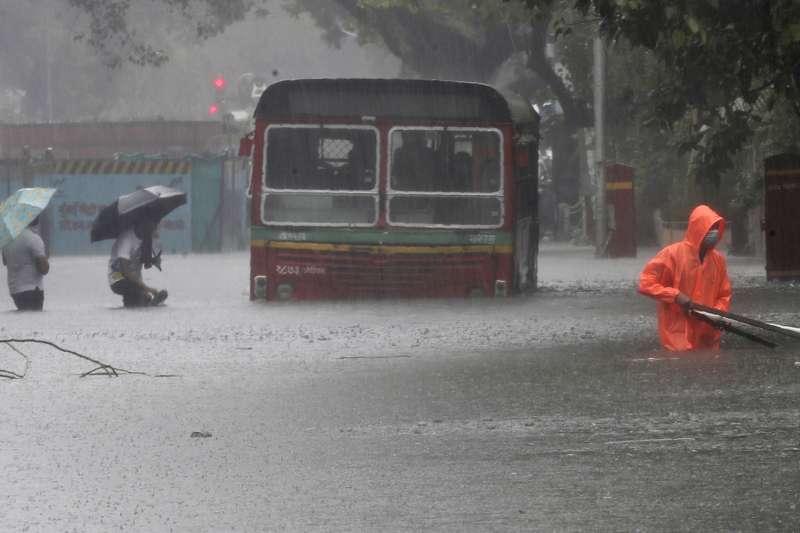 印度雨季導致暴洪,已造成至少100人死亡,超過200萬人受影響。(AP)