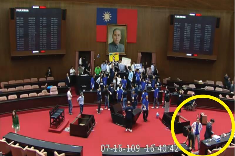 立法院秘書長林志嘉表示,國民黨團委員指控院會表決「沒發放在野黨委員表決卡」是不實指控,表決卡全都如實發放。黃圈處為正在發表決卡的工作人員。(立法院提供)