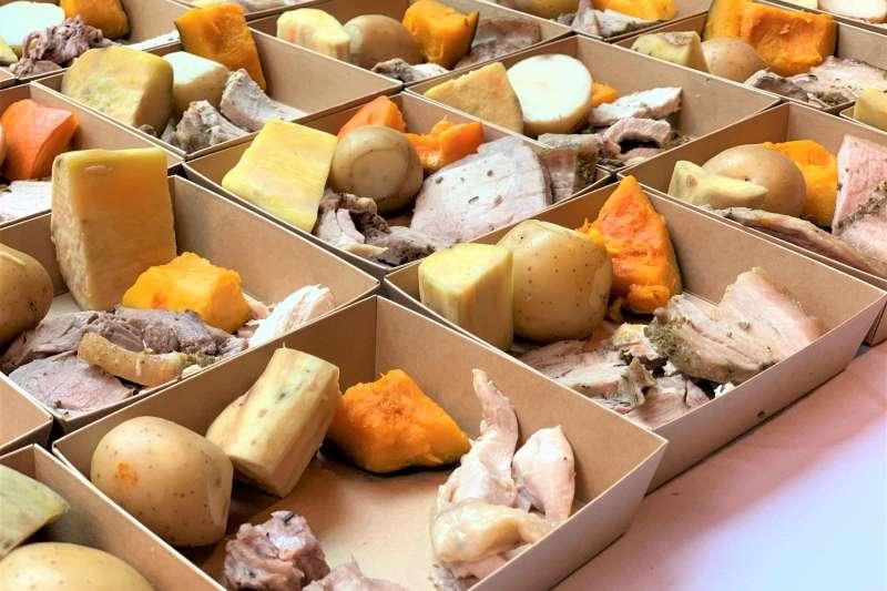 毛利新年:用傳統土窯悶熟方式煮的年菜(簡恒宇攝)