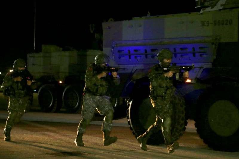 20200716-憲兵202指揮部15日凌晨執行「聯合反空(機)降作戰」演練,官兵槍上加裝內紅點瞄具。(軍聞社提供)