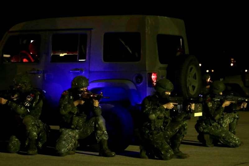 憲兵202指揮部15日凌晨執行「聯合反空(機)降作戰」演練,官兵槍上加裝內紅點瞄具。(軍聞社提供)