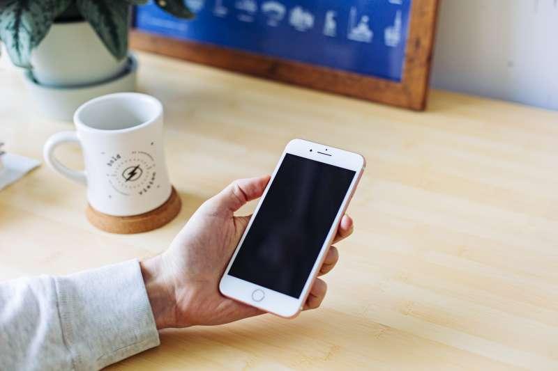 蘋果App Store高額分潤迫使應用程式開發商另闢蹊徑。(Mia Baker on Unsplash)