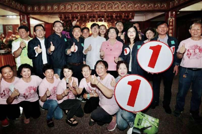 陳其邁支持者邁邁姐妹會助選團起跑,陳其邁抽到1號馬上與競選團隊豎起大拇指按讚比1號,表示陳其邁市政一馬當先、當仁不讓。(圖/徐炳文)