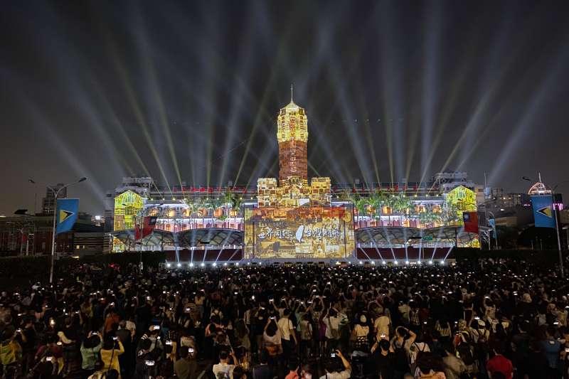 中華文化總會今(16)日發佈新聞稿表示,去年舉辦的「世界同行.台灣耀飛-2019國慶總統府光雕展演」獲紅點設計大獎。(文總提供)