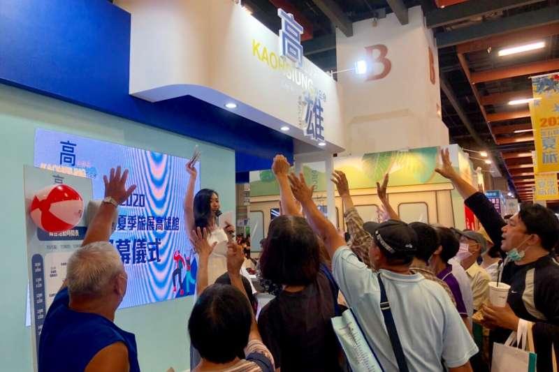 台北旅展高雄主題館正式開幕,期間民眾只要在高雄館消費再到旗津主題牆拍照打卡,即可抽大獎。(圖/高雄市觀光局提供)