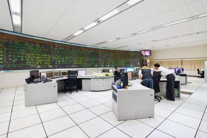 台電攜手民間企業打造「亞洲首例」電力頻率調整儲能系統,有如蓋了座「虛擬電廠」。圖為台電中央電力調度中心。(圖片來源/台電提供)