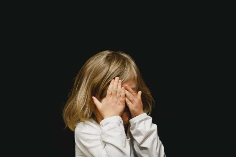 孩子晚上爬起來找爸媽,卻不小心撞見啪啪啪的畫面,這時父母該怎麼做呢?(圖/取自Unsplash)