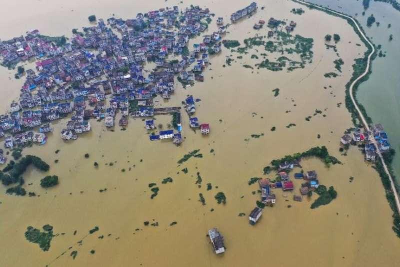 從空中鳥瞰江西省上饒市鄱陽湖地區的洪澇災情。(美國之音)
