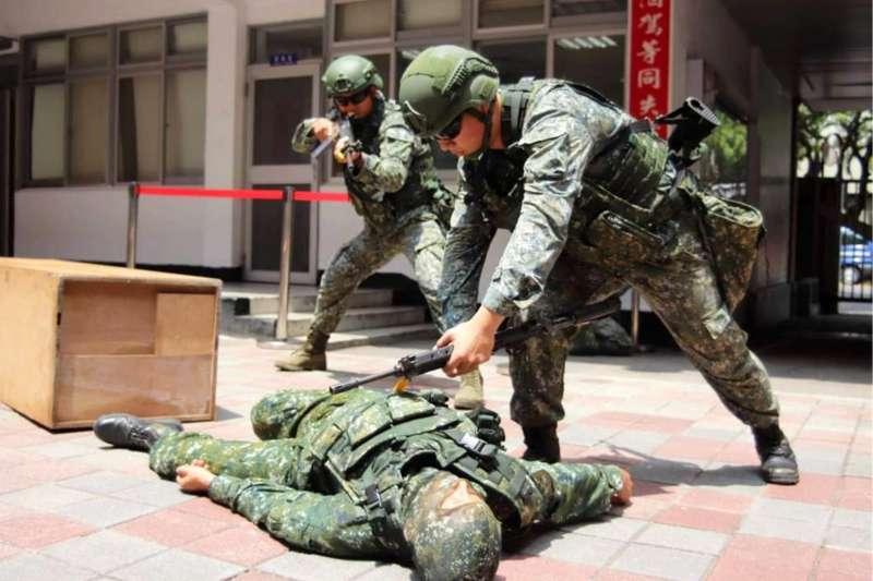 20200717-國軍本周進行漢光演習,衛戍總統府區的憲兵211營執行「營區自衛戰鬥」。(取自青年日報)