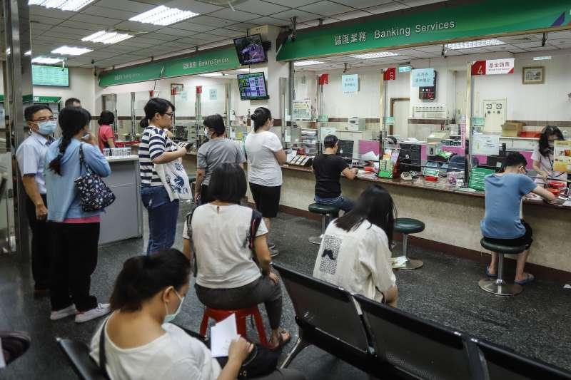 20200718-振興三倍券,郵局排隊人潮畫面。(陳品佑攝)
