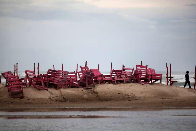 2013年,颶風來臨前,墨西哥民眾在塔毛利帕斯州的米拉瑪海灘堆起椅子(美聯社)
