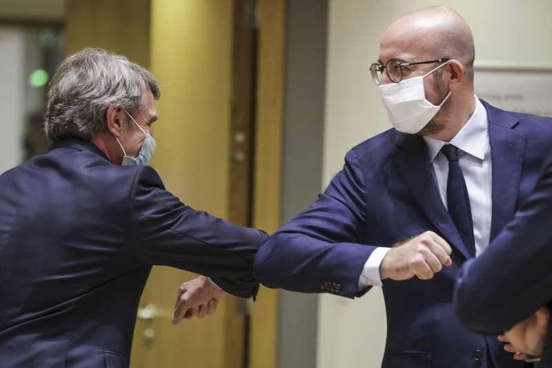 防疫期間,歐盟峰會主席米歇爾(右)與歐洲議會主席薩索利以手肘互碰致意。(AP)