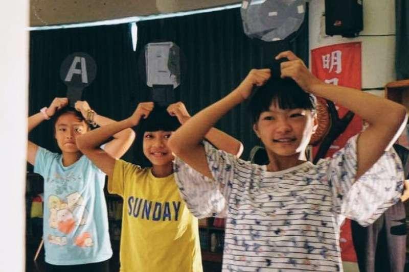 花蓮富里「東里國小」暑假的第一個活動,迎來秋野芒劇團的光影體驗營「點火計畫」,15名學童與劇團一起用光影戲演繹在地故事(秋野芒劇團)