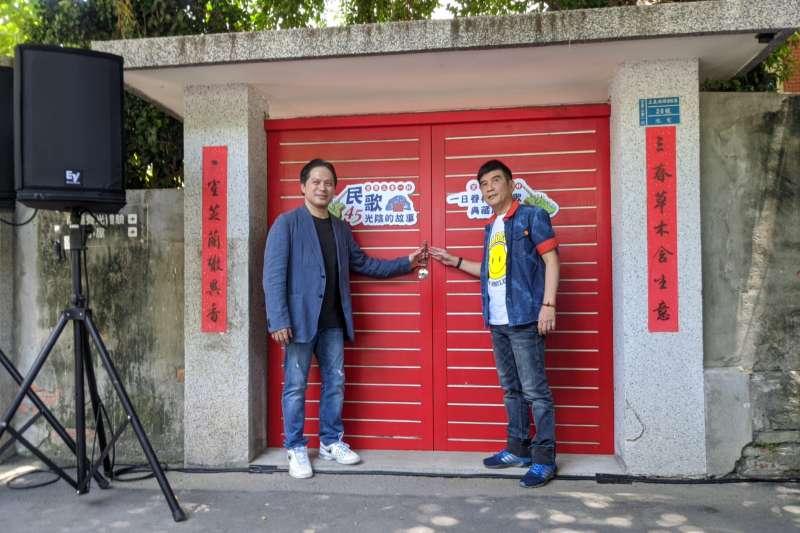 吳副市長與葉佳修老師一起進行推開大門開展儀式。(圖/新北市文化局提供)