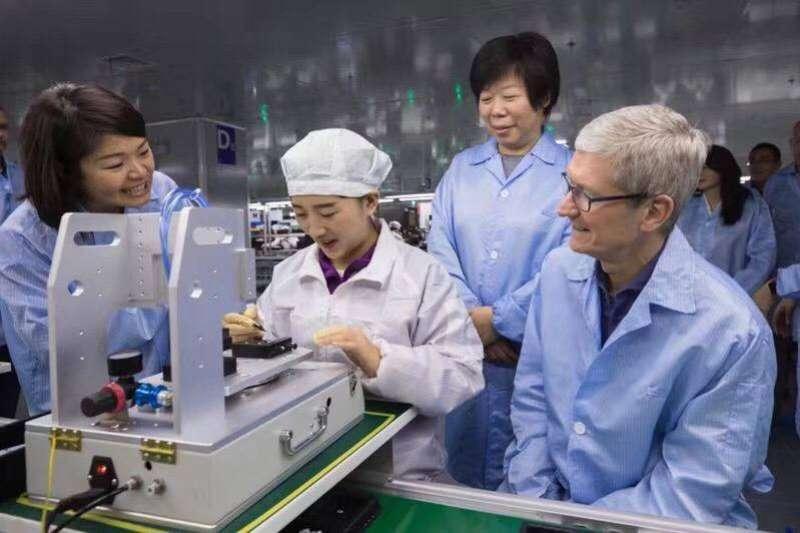 立訊董事長王來春(右二)出身寒微,當過最早一批鴻海女工,如今以首家iPhone代工陸資企業之姿,成為老東家勁敵(圖片來源:立訊精密)