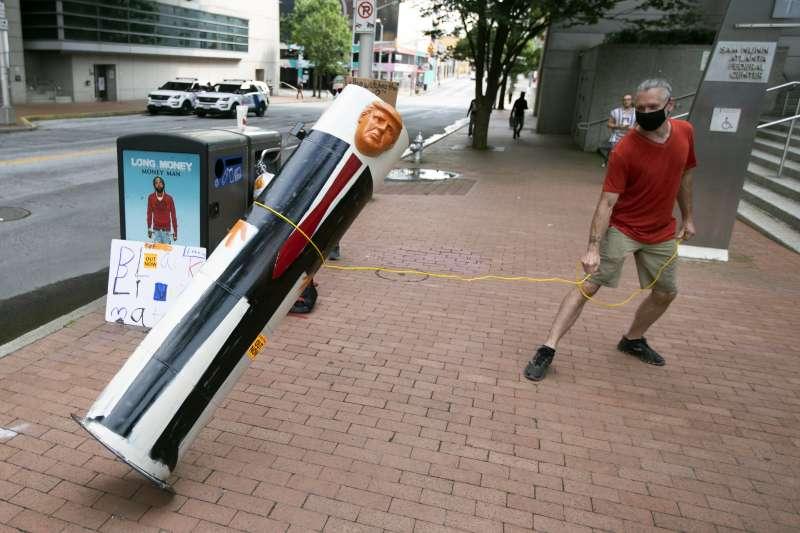 美國總統川普將「取消文化」(cancel culture)下拆銅像等行為斥為「極左法西斯主義」的危險運動。(AP)