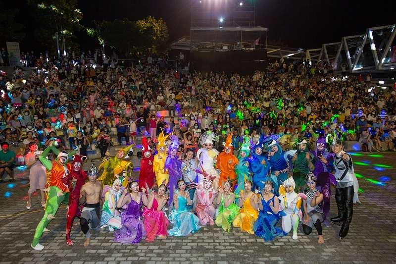 苗栗銅鑼的臺灣客家文化館戶外階梯廣場,演出客家音樂劇《最美的綻放》。(圖/客家委員會提供)