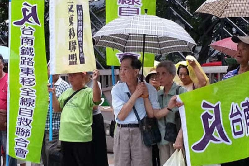南鐵東移案堅守到最後的5戶將在本周被強制拆除,圖為23日要拆除的陳家90歲老夫婦,他們住了一甲子安身立命的家終將被奪去。(朱淑娟提供)