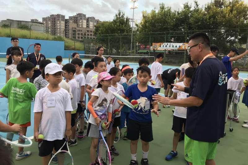 竹市暑期網球育營邀請台維斯杯前國手鍾志明擔綱總教練。(圖/昌禾教育基金會提供)
