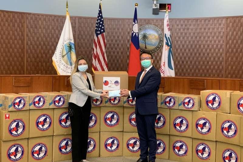 與陽光小島灘市副市長思薇欽(左)於該市市議會共同主持屏東捐贈儀式。(圖/屏東縣政府提供)
