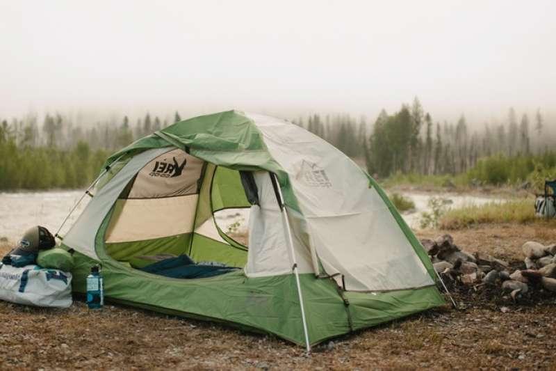 本文基本裝備(上篇)將介紹帳篷 、露營椅 、 睡袋三大必備用品的挑選原則,協助露營新手們精準投資。(圖/瘋設計)