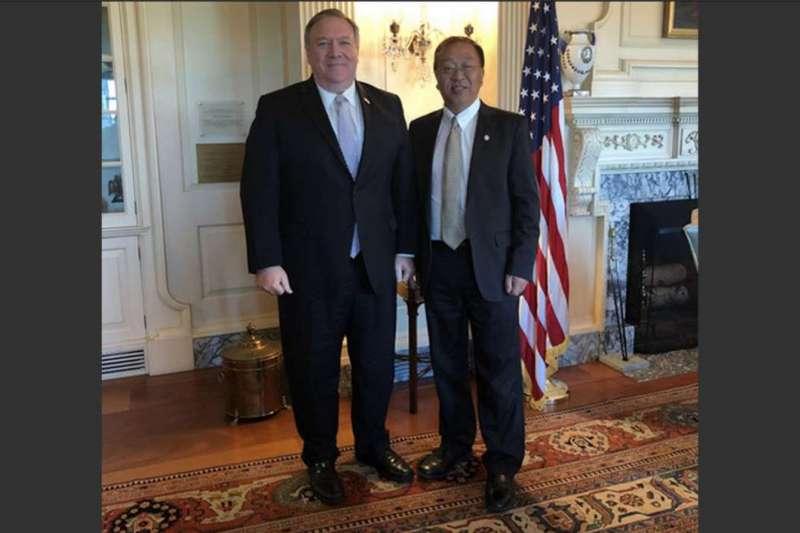 美國國務卿龐畢歐與他的首席中國智囊余茂春。(國務院官網)