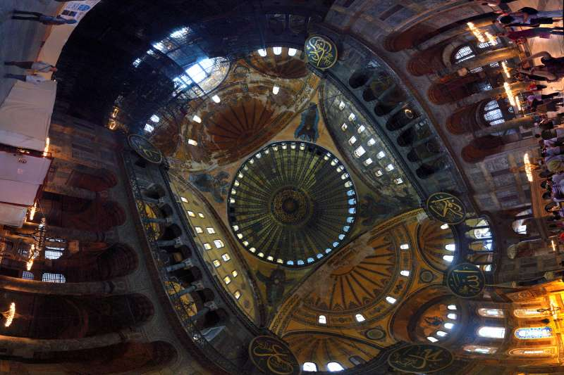 伊斯坦堡「聖索菲亞」(Hagia_Sophia)大教堂/博物館/清真寺的穹頂(Ronan Reinart@Wikipedia / CC BY-SA 3.0)