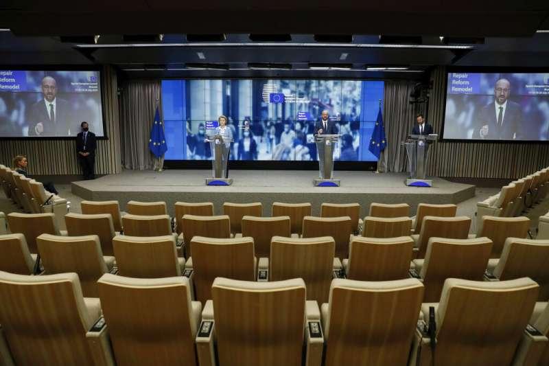 歐盟執委會主席馮德萊恩、歐洲理事會主席米歇爾21日召開記者會,公布歐盟紓困振興方案。(AP)