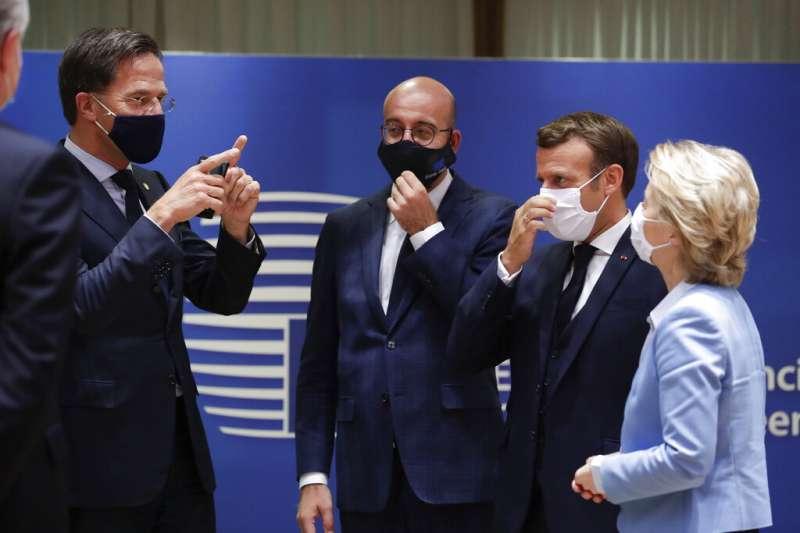 (左起)荷蘭總理呂特、歐洲理事會主席米歇爾、法國總統馬克宏、歐盟執委會主席馮德萊恩21日出席歐盟峰會。(AP)
